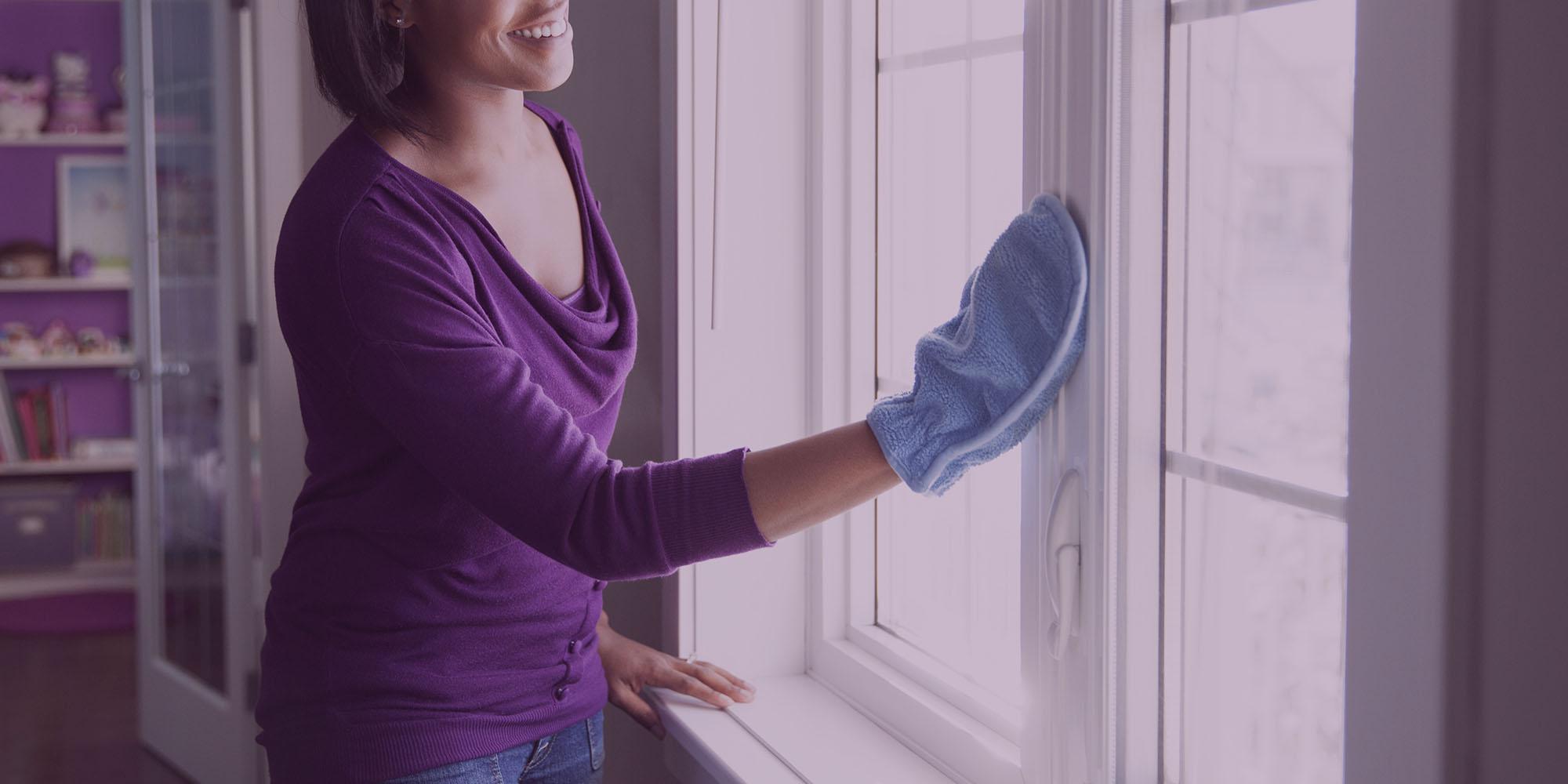 Personne nettoyant une fenêtre