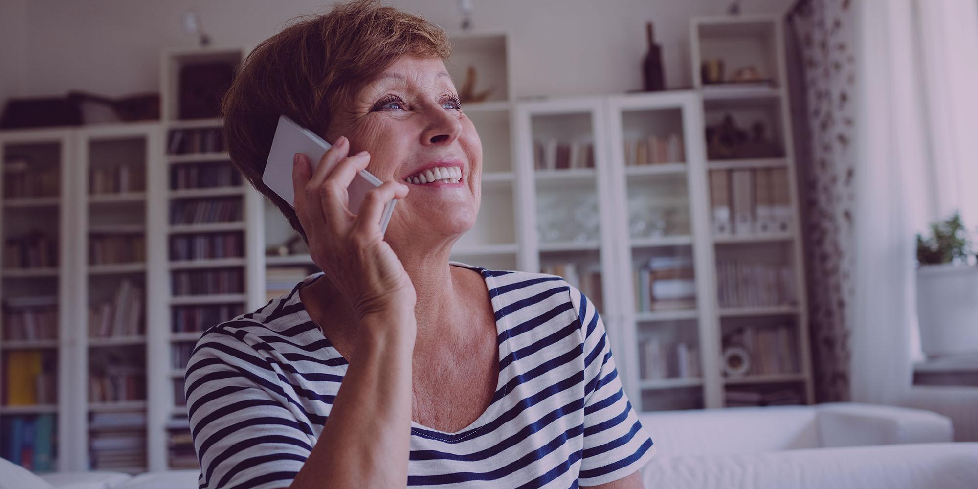Femme appelant au téléphone