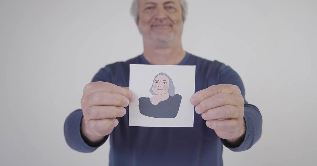 Préposé de Répit-Ressource tenant une photo du client